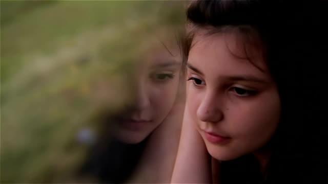 vídeos de stock, filmes e b-roll de jovem menina olhando pela janela do carro - perguntando