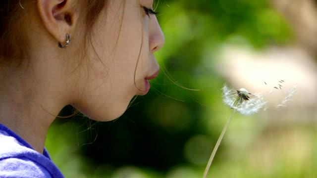 若い女の子をお望みの際には、明るい公園 slowmotion - ふわふわ点の映像素材/bロール