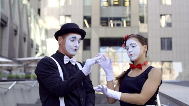 young girl mime throw away the flower from her boyfriend - гримировальные краски стоковые видео и кадры b-roll