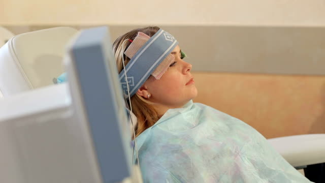 vídeos y material grabado en eventos de stock de niña sobre el procedimiento de restauración del cerebro - descarga eléctrica