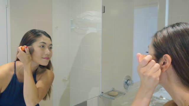 vidéos et rushes de jeune femme faisant de maquillage: en temps réel - crayon à lèvres