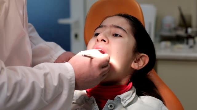 Jeune fille reçoit le bilan de santé dentaire en clinique - Vidéo