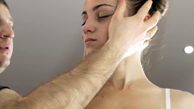 若い女の子が壊れた頸椎, 職場マニュアルセラピストを調節します。 - カイロプラクター点の映像素材/bロール