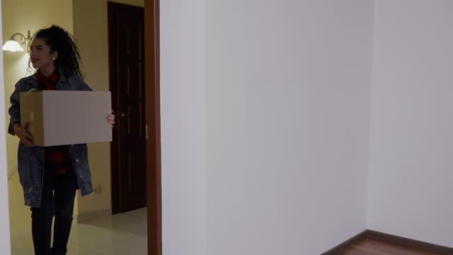 stockvideo's en b-roll-footage met jong meisje verhuist in een nieuw huis tijdens de kerstperiode - christmas tree