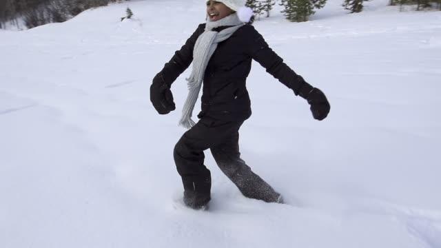 vídeos y material grabado en eventos de stock de chica joven corre y crea ángel de nieve - una sola niña