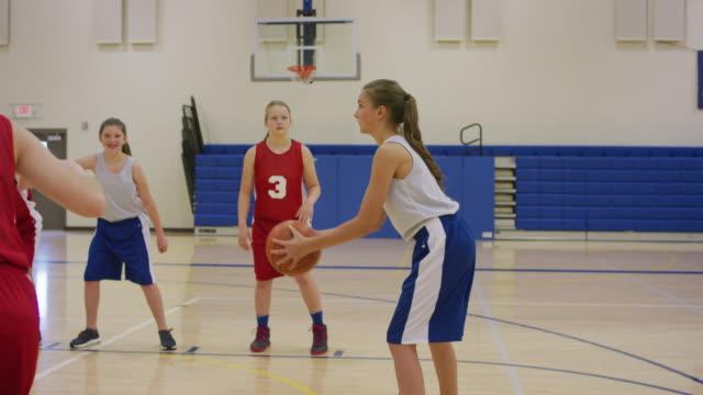 Tiro libre-tiro durante el juego de baloncesto niña - vídeo