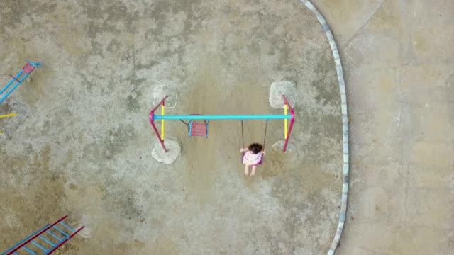 junges mädchen schaukeln - kinderspielplatz stock-videos und b-roll-filmmaterial