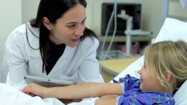 若い女の子をする女性医師に集中治療室 ビデオ