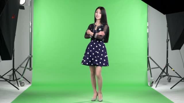 ウォーキングと話している若い女の子と緑色の画面 - 美人点の映像素材/bロール