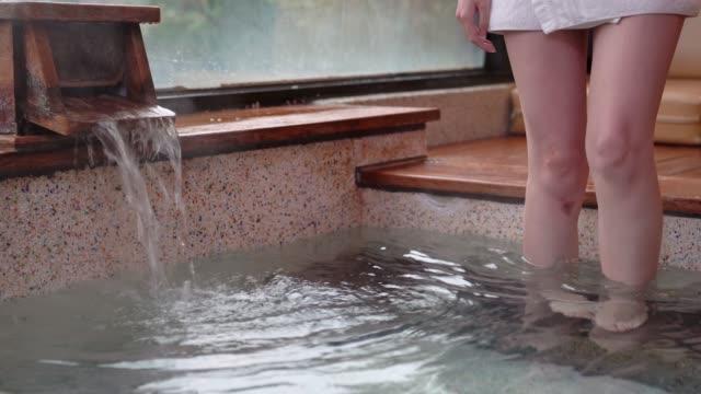 ung flicka gå in i hot springs bad - japanese bath woman bildbanksvideor och videomaterial från bakom kulisserna