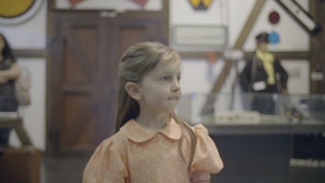 genç kız tren müze ile yürüyüş - masumiyet stok videoları ve detay görüntü çekimi