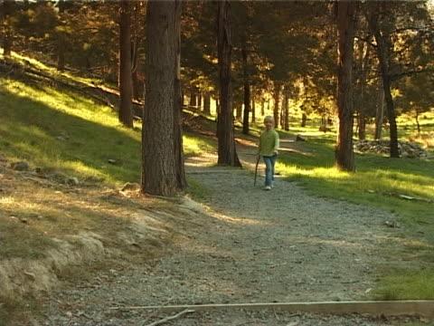 pal - young girl walking - endast flickor bildbanksvideor och videomaterial från bakom kulisserna