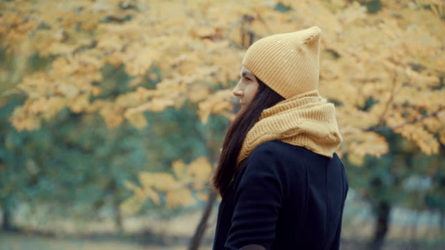 ragazza cammina nel parco in autunno. - forest bathing video stock e b–roll