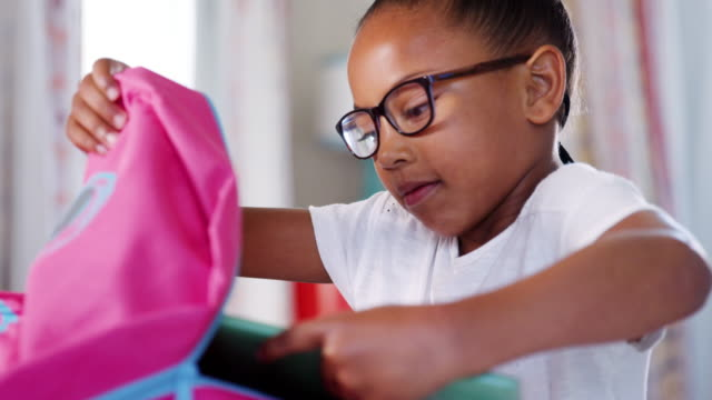 stockvideo's en b-roll-footage met jong meisje bril verpakking schooltas in slaapkamer thuis - schot in slow motion - bril brillen en lenzen