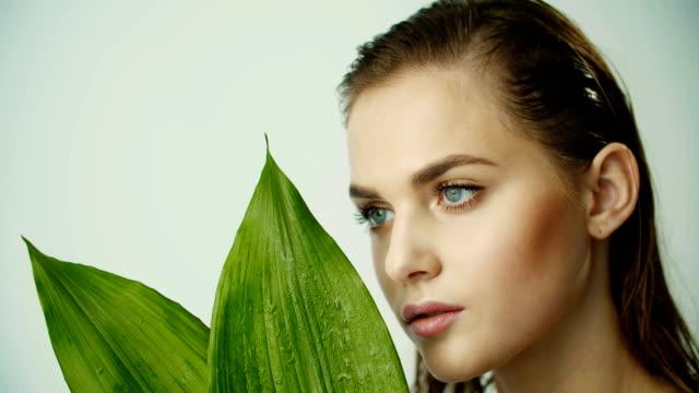 きれいな滑らかな肌の若い女の子。天然化粧品とオーガニック化粧品。 - スーパーモデル点の映像素材/bロール