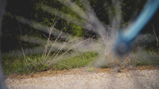 古い自転車を持つ少女 - 春のファッション点の映像素材/bロール