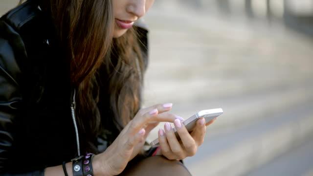 vídeos y material grabado en eventos de stock de chica con teléfono - tecnología inalámbrica