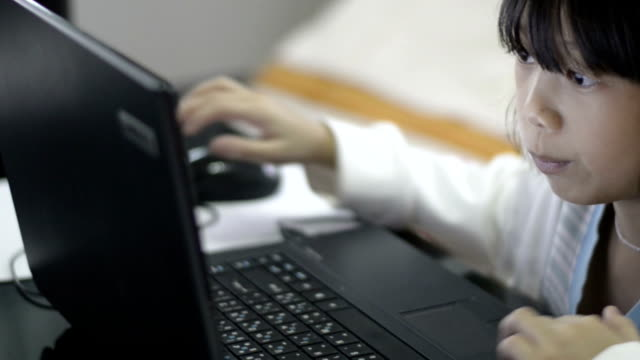 Junges Mädchen Arbeiten auf Laptop-Computer – Video