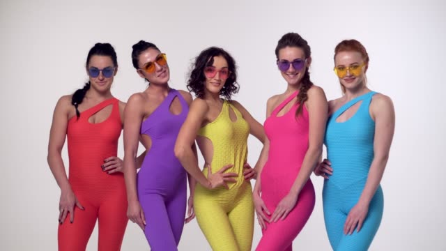 young girls posing in colorful clothes - mani sui fianchi video stock e b–roll