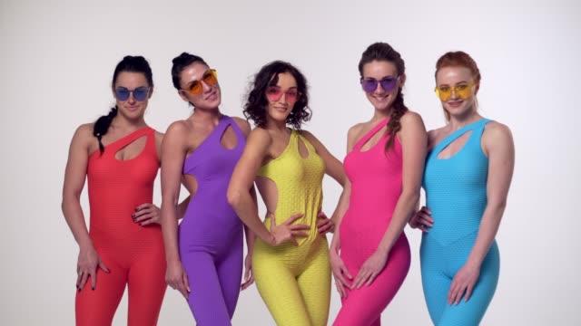 stockvideo's en b-roll-footage met jonge meisjes die zich voordeed in kleurrijke kleding - handen op de heupen