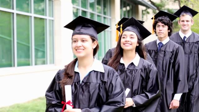 Jeunes diplômés la marche en ligne - Vidéo