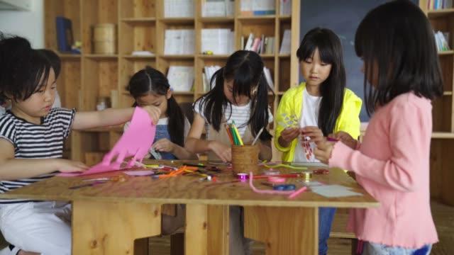 gruppe junger studenten genießen künstlerische und handwerkliche tätigkeiten - grundschule stock-videos und b-roll-filmmaterial