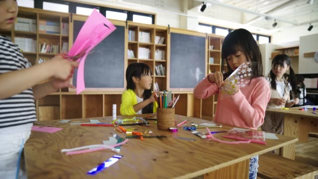 giovane gruppo di studenti che si godono attività artistiche e artigianali - arti e mestieri video stock e b–roll
