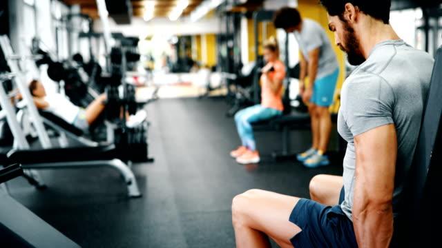 schönen jungen mann übungen im fitness-studio - hantel stock-videos und b-roll-filmmaterial