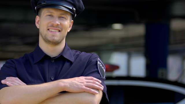 vídeos de stock, filmes e b-roll de polícia considerável novo que sorri, feliz servir para a segurança da cidade, recrutamento - assistente jurídico
