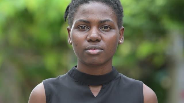 unga glada vackra afrikanska affärskvinna leende utomhus - tjänstekvinna bildbanksvideor och videomaterial från bakom kulisserna