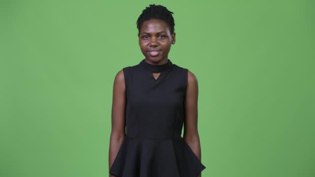 unga glada vackra afrikanska affärskvinna leende - tjänstekvinna bildbanksvideor och videomaterial från bakom kulisserna