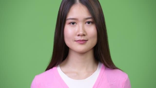 vídeos y material grabado en eventos de stock de joven mujer asiática hermosa feliz sonriendo - sudeste