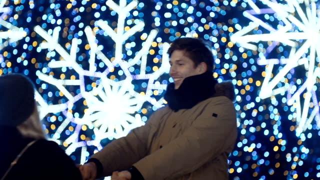 美しいボケ味の愛の若い幸せなカップルは、バック グラウンドを点灯します。 - 十二月点の映像素材/bロール
