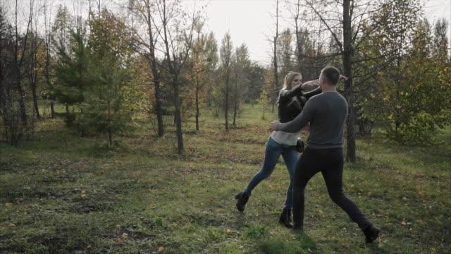 unga lyckliga paret träffas i parken hösten - gå tillsammans bildbanksvideor och videomaterial från bakom kulisserna