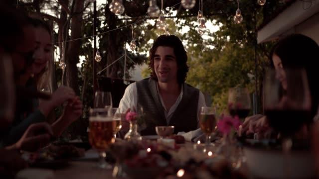 vidéos et rushes de jeunes amis heureux à la traditionnelle fête au village méditerranéen - man drinking terrace