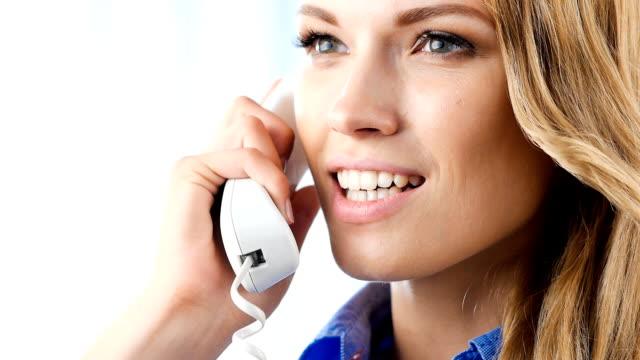 Jeune heureux souriant Femme d'affaires, parler sur le téléphone - Vidéo