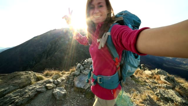 giovane scarpa da hiking è selfie da montagna - trekking video stock e b–roll