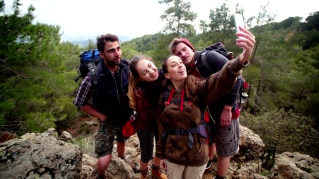 山のピーク、selfie を撮る若いハイカー カップル - 自然旅行点の映像素材/bロール