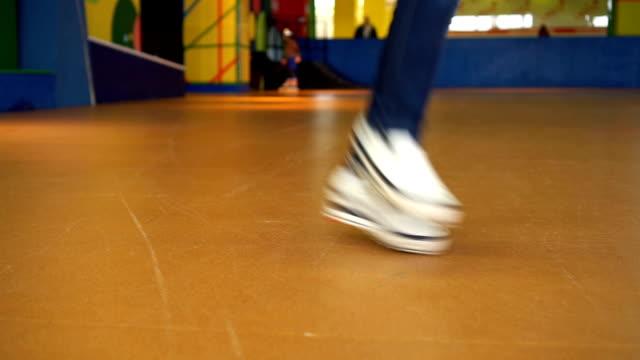 若いヒップホップ ダンサーがダンスのホール。白いスニーカーで踊る足のクローズ アップ撮影 - ステップ点の映像素材/bロール