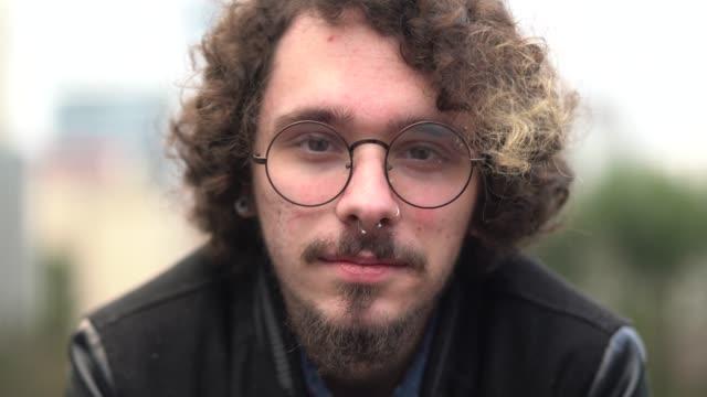 young hipster man portrait at city - pokolenie y filmów i materiałów b-roll