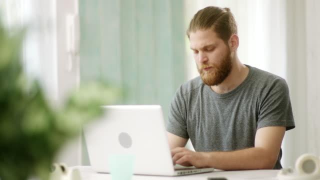 junge hipster mit laptop - introspektion stock-videos und b-roll-filmmaterial