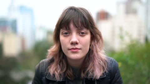 genç hipster kadın portre city - kızlar stok videoları ve detay görüntü çekimi