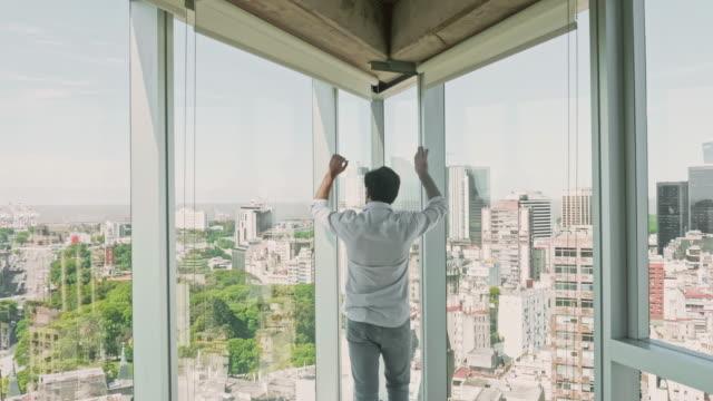 unga spansktalande manlig entreprenör tittar ut office fönster - 25 29 år bildbanksvideor och videomaterial från bakom kulisserna
