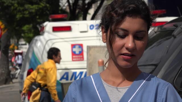 Joven enfermera y ambulancia hispana - vídeo