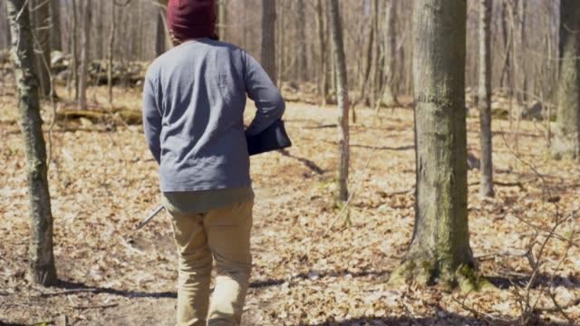 vidéos et rushes de un jeune chasseur dans les bois chassant le petit gibier. - chasser