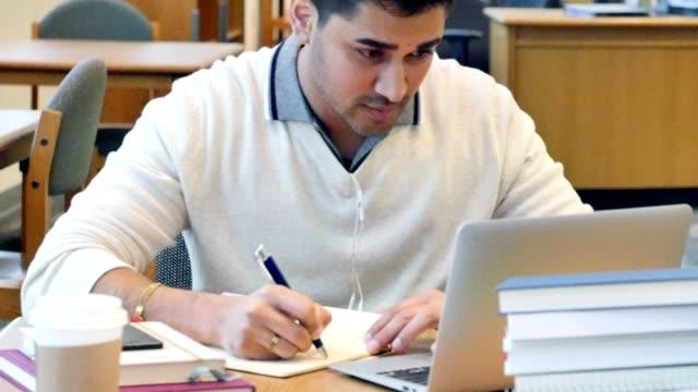 Junge indische Männer College Student Studium der Campusbibliothek – Video