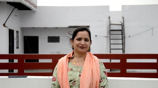 unga indiska kvinnor leende porträtt. - 30 39 år bildbanksvideor och videomaterial från bakom kulisserna