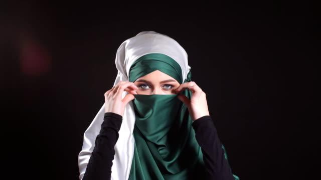 ung islamiska kvinna i folkdräkt poserar för kameran - anständig klädsel bildbanksvideor och videomaterial från bakom kulisserna