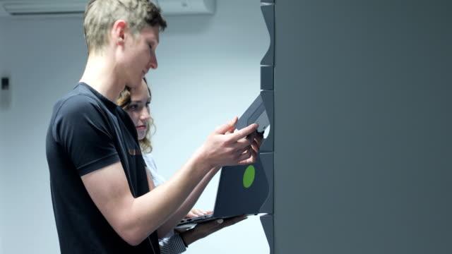 若い it 技術者も ups の部屋で - バックアップ点の映像素材/bロール
