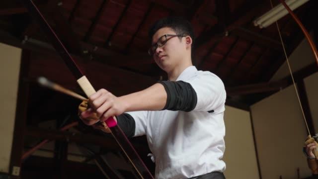 若い日本の射手は、彼のショットを取る準備 - 武道点の映像素材/bロール